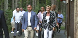 Cóż za opalenizna. Andrzej Duda wśród turystów w Juracie, idzie na wieczorną mszę [MAMY ZDJĘCIA]