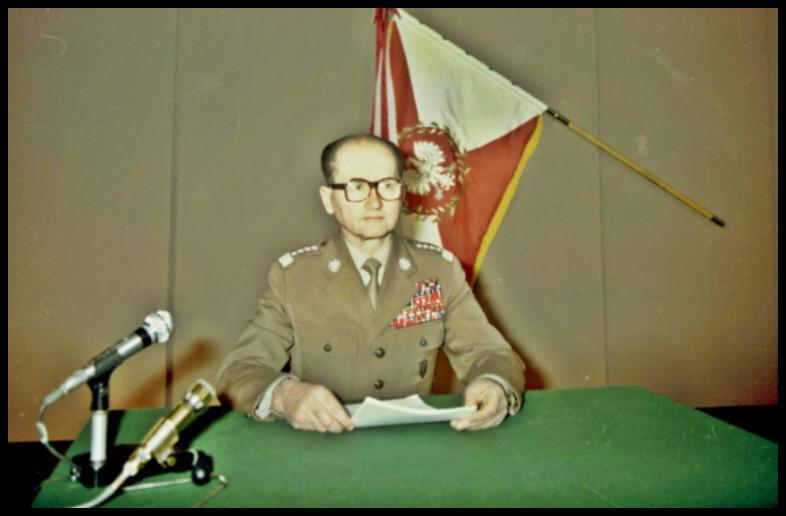 Gen. Wojciech Jaruzelski przygotowuje się w studiu telewizyjnym do odczytania przemówienia informującego o wprowadzeniu stanu wojennego. Warszawa, 13 XII 1981 (źródło: Archiwum Dokumentacji Mechanicznej, Wojskowa Agencja Fotograficzna)