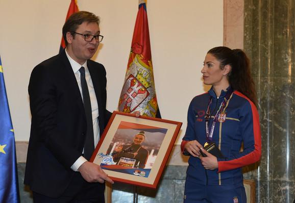 Svetska šampionka je predsedniku Aleksandra Vučiću uručila uramljenu sliku