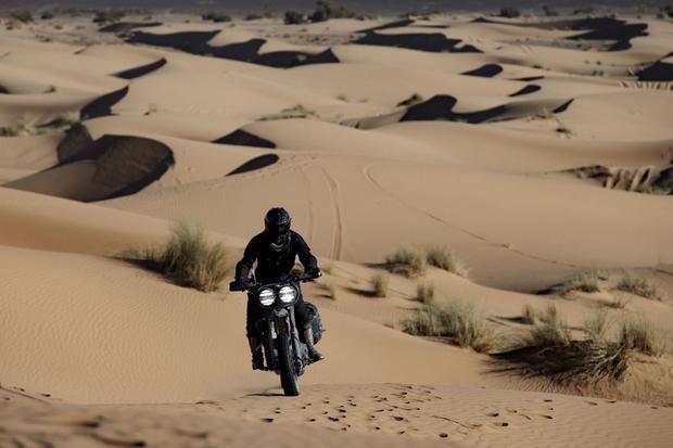 Harley-Davidson 1200 Roadster na pustyni