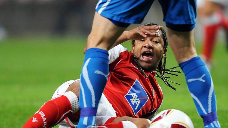 Zawodnik Lecha Siergiej Kriwiec stoi nad Alanem ze Sportingu Braga