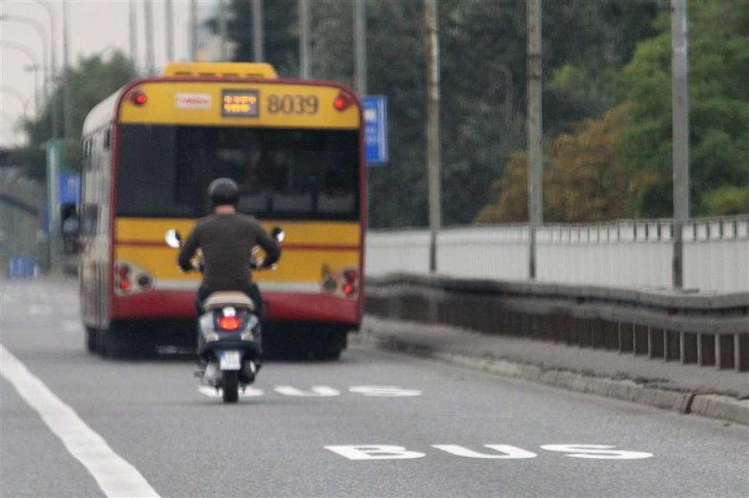 Szyc jeździ skuterkiem, bo autem nie może. FOTO!
