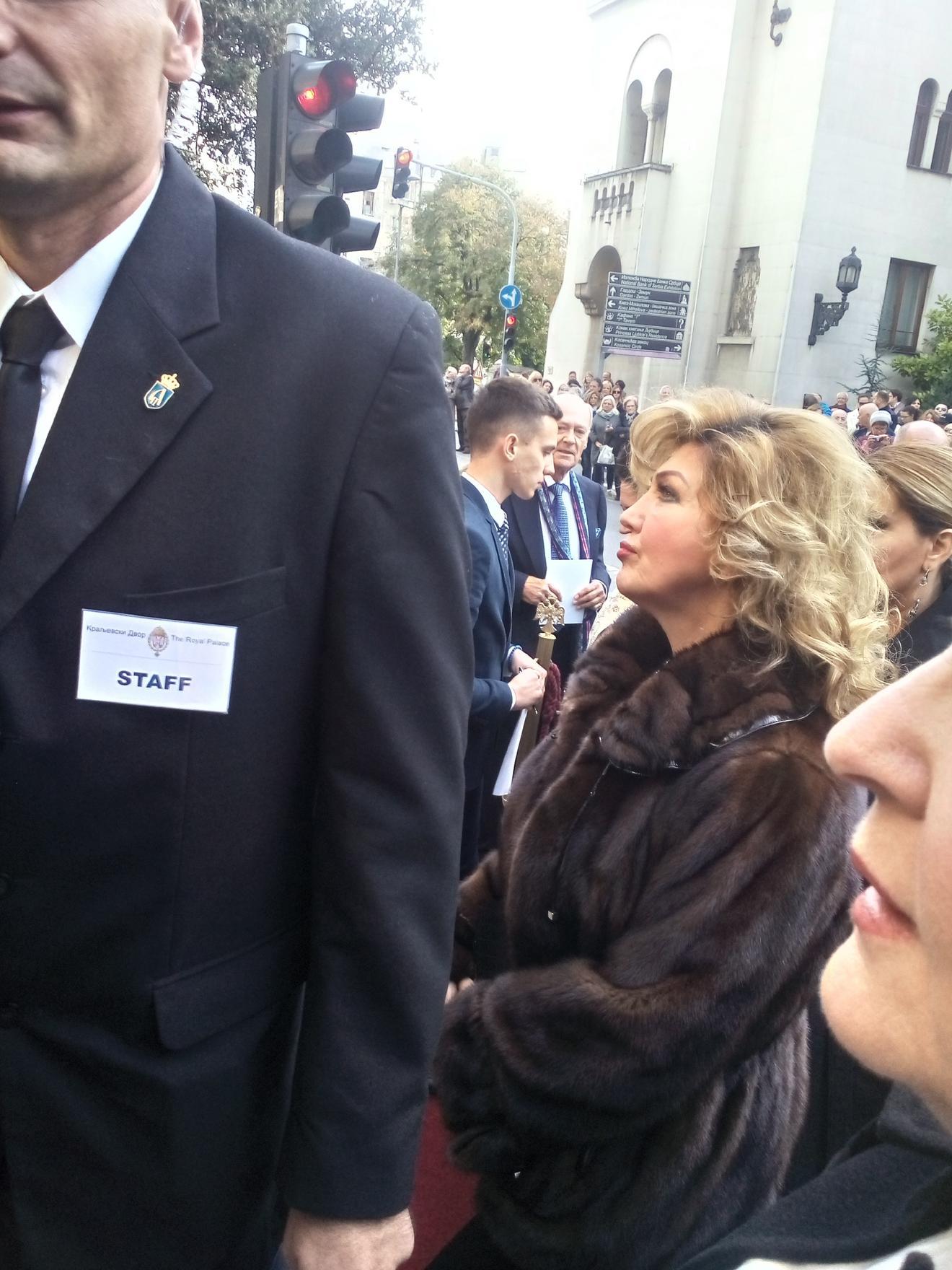 Suzana Mančić u budni ulazi u Crkvu