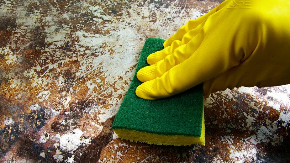 Przypalony garnek można doczyścić domowymi sposobami -  zimmytws/stock.adobe.com