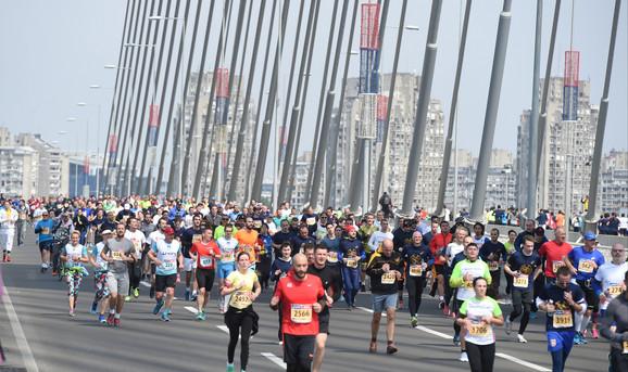 I maratonci su trčali preko Mosta na Adi