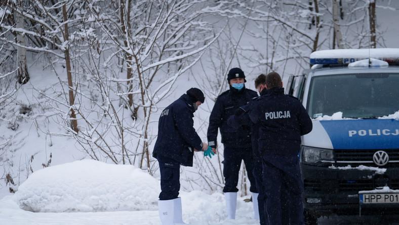 Policja podczas oględzin miejsca, gdzie znaleziono ciało 13-letniej Patrycji