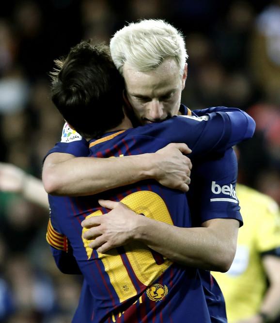 Ivan Rakitić u zagrljaju sa  Lionelom Mesijem