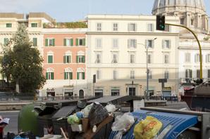 """VEČNI GRAD"" ODIŠE SMRADOM I NEKULTUROM Ceo Rim , njegove poznate lokacije i ulice ZATRPANE SMEĆEM (FOTO)"