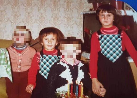 Porodična fotografija sestara