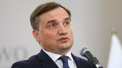"""""""Bezczelność, agresja i kolonialne spojrzenie na Polskę"""". Ziobro atakuje Unię. I gubi się we własnych manipulacjach"""
