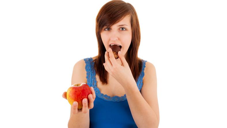 Za każdym razem, kiedy kusi Cię coś słodkiego weź głęboki oddech i sięgnij po jabłko, gruszkę, truskawki, porzeczki, jagody, grejpfruta – jakikolwiek owoc zamiast ciastka czy batona. Co prawda owoce zawierają naturalny cukier, ale oprócz niego mają mnóstwo cennych witamin. Zawierają też błonnik, dzięki któremu dłużej czujesz się syta. Natomiast gotowe ciastka, nadziewane czekolady czy wafelki z nadzieniem to nie tylko puste kalorie, ale być może także źródło niezdrowych tłuszczów trans, których trzeba unikać za wszelką cenę! Sprawdzaj na etykiecie, czy produkt nie zawiera częściowo utwardzanych (uwodornionych) olejów roślinnych – to są właśnie tłuszcze trans.
