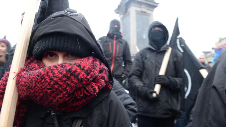 """Uczestnicy, których zgromadziło się kilkuset, trzymali transparenty z hasłami: """"Biała Polska tylko zimą"""", """"Faszyści precz z naszych ulic"""", """"Pokażmy język nacjonalizmowi"""", """"Faszyści brzytwą rządzących"""", """"PiS promuje faszystów""""."""