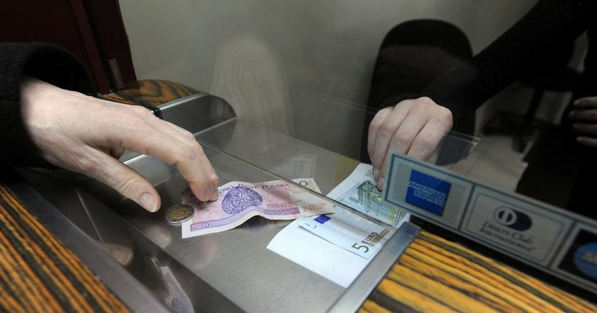 Gdzie najtaniej kupić walutę na wakacje? Na pewno nie w banku