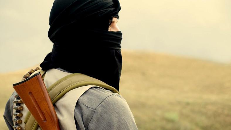 """W trakcie wojny w Afganistanie, Amerykanie byli zmuszeni do korzystania z pomocy lokalnych wodzów wojennych. To oni informowali służby wywiadowcze USA o zamierzeniach Talibów. Najskuteczniejszym materiałem przetargowym okazała się wówczas Viagra. """"Większość wodzów to zaawansowani wiekiem mężczyźni, którzy mogli się jednak pochwalić całkiem pokaźnym stadkiem żon. Wizja powrotu do korzystania z uroków tamtejszego prawa regulującego kwestię związków małżeńskich, skłoniła wodzów do współpracy, a Amerykanom znacznie ułatwiła prowadzenie działań zbrojnych"""" - informuje gadzetomania.pl"""