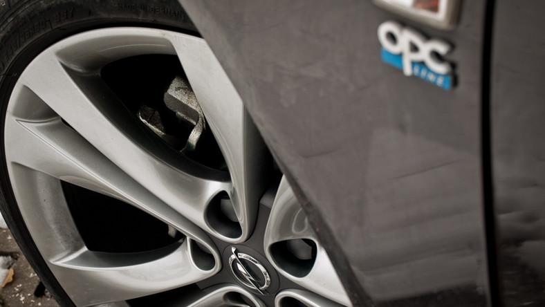 Obecnie insignię można kupić z jednym z dwunastu silników. Benzyniaki mają pojemność od 1,4 do 2,8 litra, o mocach od 140 KM do 325 KM, a dwulitrowe turbodiesle CDTi generują od 110 KM do 195 KM. W kwestii bogactwa gamy silnikowej konkurencja pozostaje w tyle...