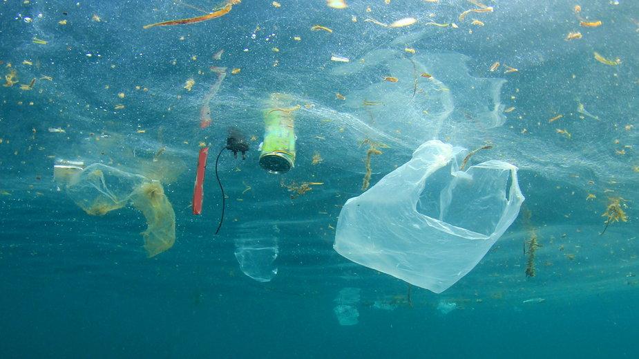 Plastik w ubraniach i jedzeniu. Kilka prostych rad, jak go unikać