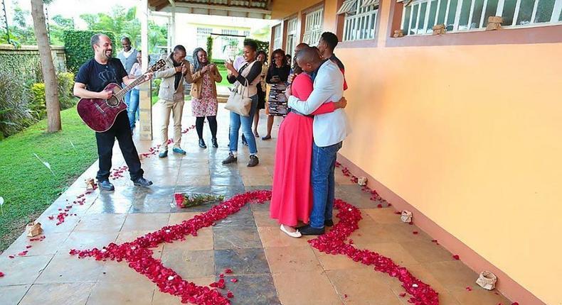 Gilad sang sema milele as Kimanzi proposed to Alice.