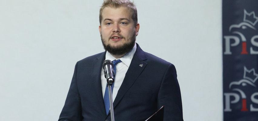 Sekretarz Jarosława Kaczyńskiego nie powinien narzekać na pensję.Ile zarabia następca pani Basi?