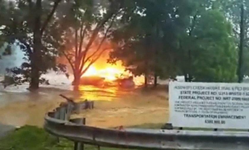 Powódź w Wirginii Zachodniej. Płonący dom
