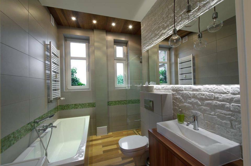 Łazienka to wąskie pomieszczenie powiększone dodatkowo o powierzchnię skrytki. Dzięki temu zabiegowi uzyskałyśmy miejsce na otwarty, wygodny prysznic.
