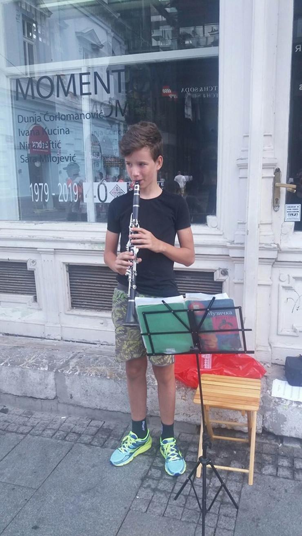 filip milinković svira klarinet u knez mihailovoj