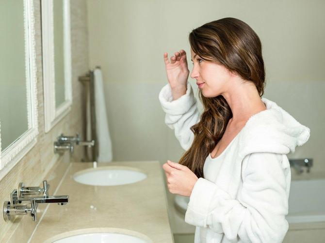 Svako jutro radite OVU STVAR ispred ogledala, a nikako ne biste smeli! Ovu veliku grešku ponavljate VEĆ GODINAMA