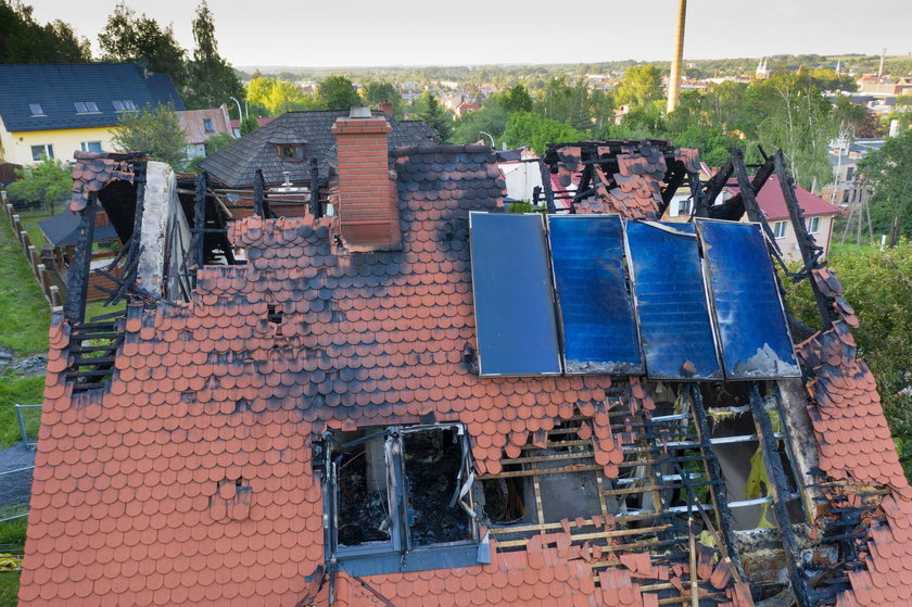 Pożar domu w Głuchołazach. W krzakach znaleziono ranną kobietę