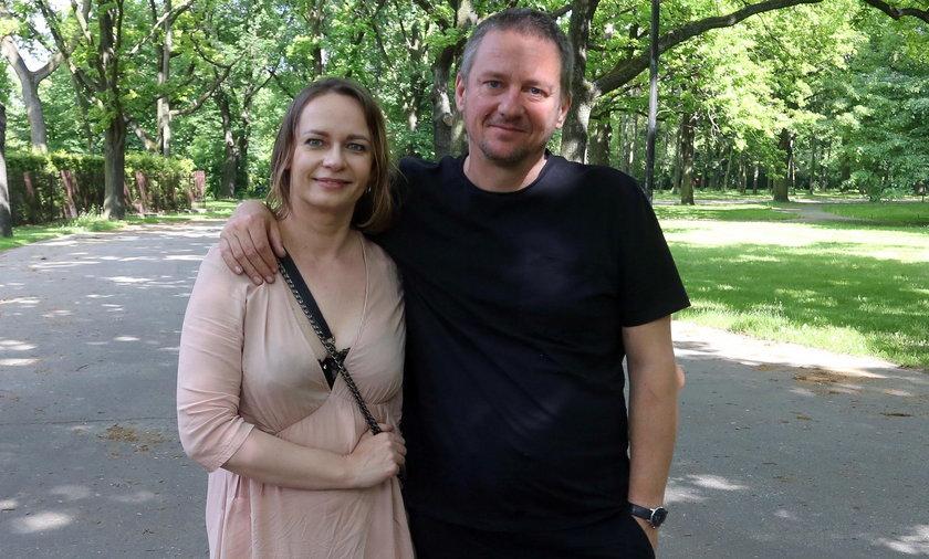 Pan Rafał i pani wspólnie z córkami odwiedzają domy dziecka, po to, aby dawać ich mieszkańcom radość.