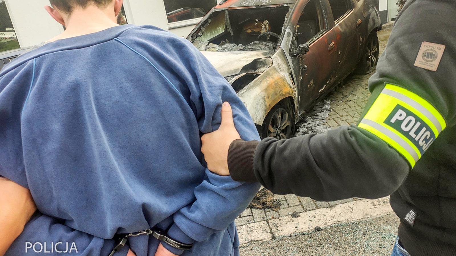 Podpalił auta, a działanie służb relacjonował w social mediach
