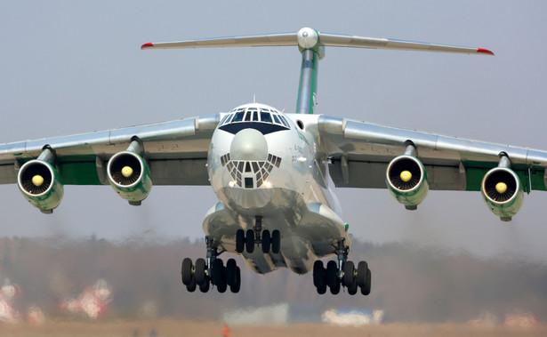 Lądujący samolot transportowy Ił-76