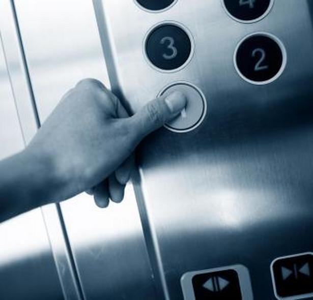 Zaniechanie płacenia zaliczek na rzecz użytkowania windy będzie w konsekwencji powodować wzrost zadłużenia mieszkańca w stosunku do wspólnoty
