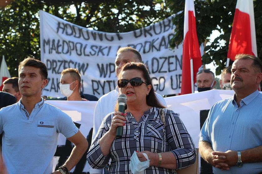 Renata Beger podczas protestu rolników przed siedzibą PiS