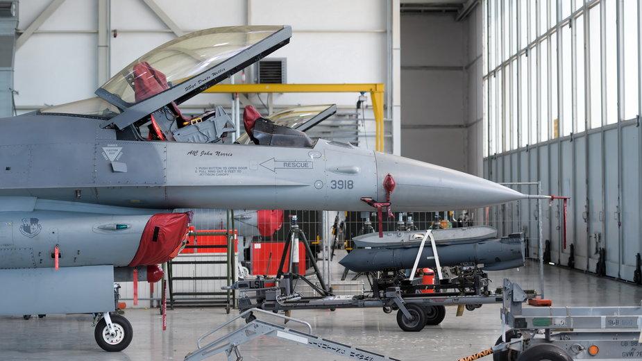 Amerykański myśliwiec F-16 w hangarze 31 Bazy Lotnictwa Taktycznego Poznań Krzesiny