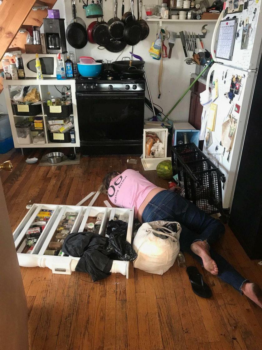 USA: Szokujące zdjęcia. Sprzątaczka leżała pijana na podłodze
