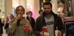 Sexy  gwiazdka TVP objada się fast foodem. FOTO