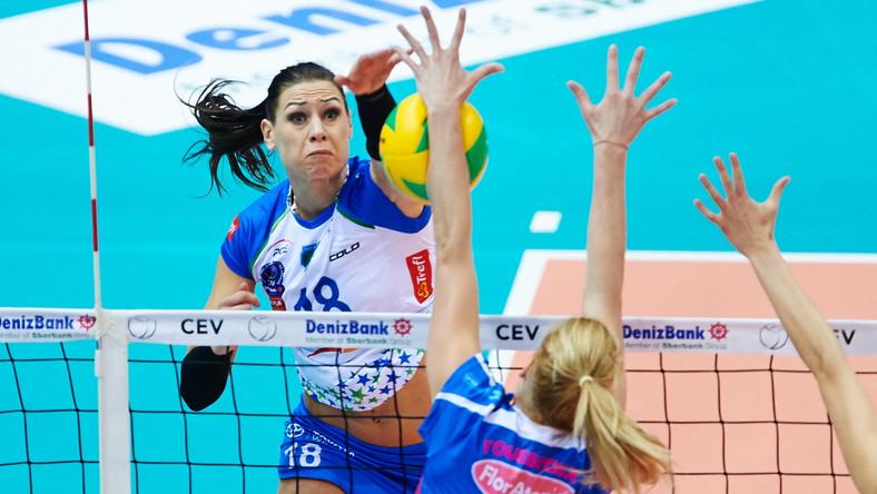 Katarzyna Zaroślińska (L) z Atomu Trefla i Helene Rousseaux (C) z włoskiego Igor Gorgonzola Novara w meczu Ligi Mistrzyń siatkarek w Sopocie