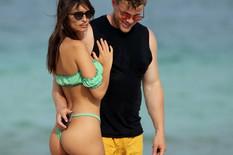 BEZ BLAMA Manekenka na plaži u TANGA BIKINIJU, muž je pred svima hvatao za ZADNJICU