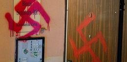Skandal! Wymalowali swastyki na drzwiach Kutza