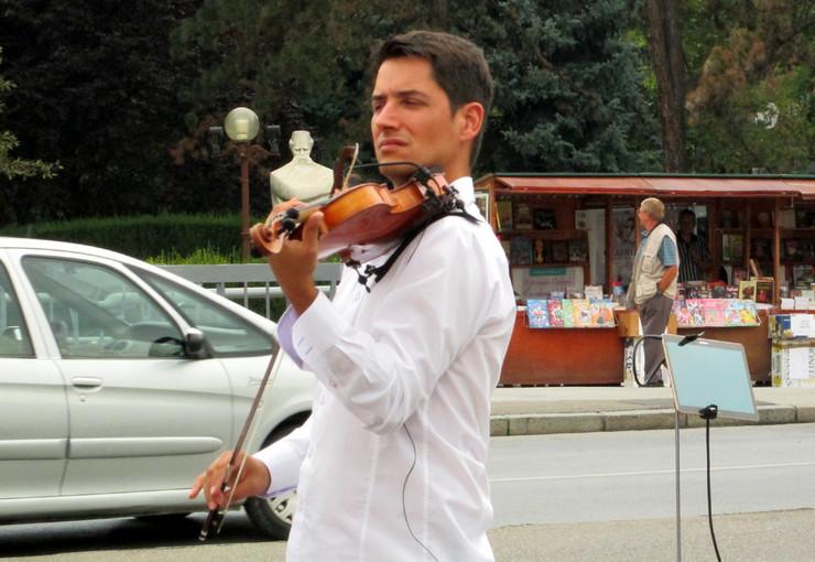 Loznica01 zvucima violine odusevio loznicane danilo andjelkovic ulicni svirac foto s.pajic