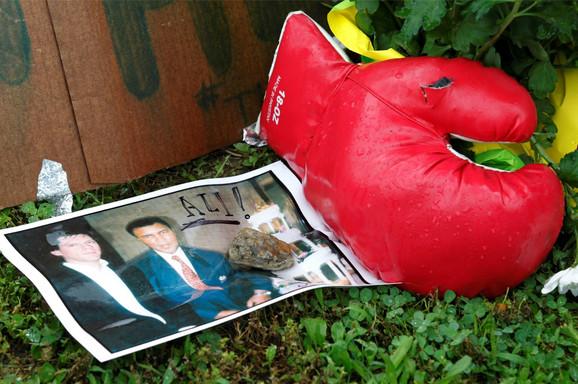 Fanovi slavnog boksera odavali su počast ispred kuće Alija u Luivilu