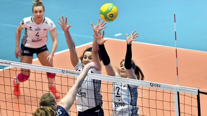 Siatkarki drużyny Grupa Azoty Chemik Police Marlena Kowalewska (L), Iga Wasilewska (2P) i Martyna Grajber (P) oraz Samanta Fabris (2L) z zespołu Dynamo Kazań podczas meczu drugiego turnieju grupy E Ligi Mistrzyń