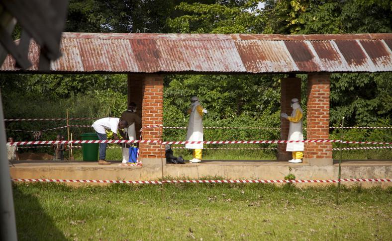 Pracownicy szpitala Bikoro w Demokratycznej Republice Konga poddawani dezynfekcji po kontakcie z osobami potencjalnie zarażonymi wirusem ebola