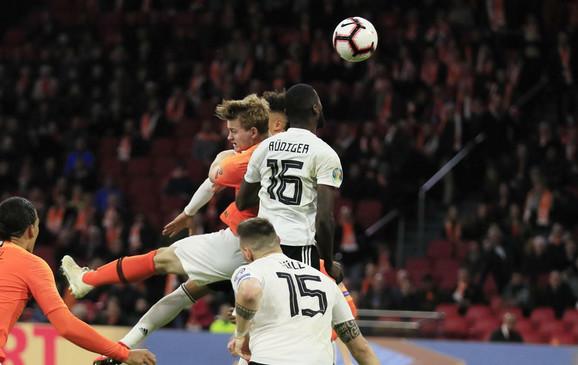 Defanzivac Nemačke Antonio Ridiger pokušava da odnese loptu pre protivnika