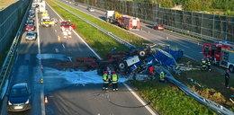 Groźny wypadek na A4. Ciężarówka leży na obu jezdniach