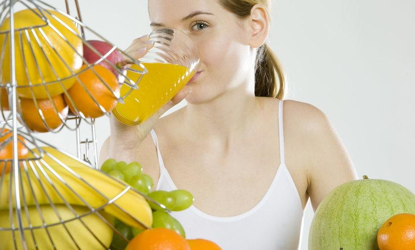 Kobieta pije sok