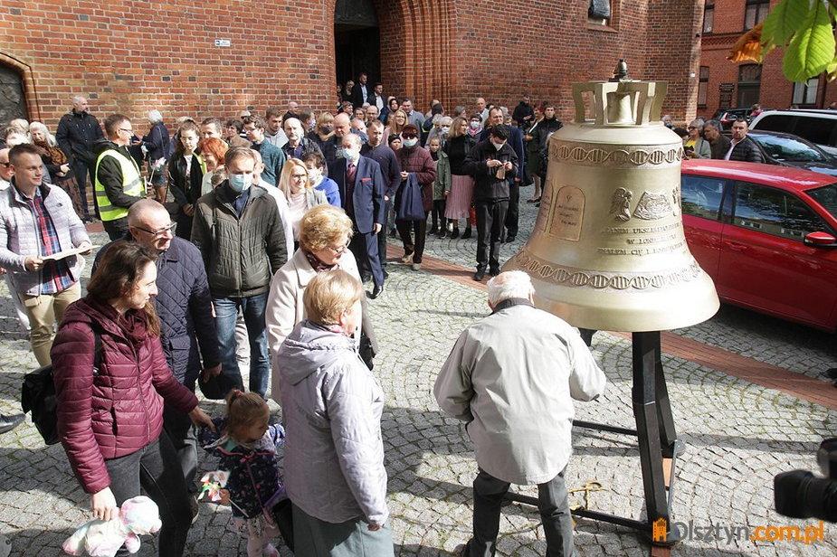 Przed olsztyńską katedrą stanął dzwon, który ma być ''głosem nienarodzonych''