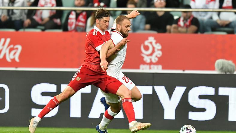 Polak Tymoteusz Puchacz (P) i Rosjanin Aleksiej Miranczuk (L) podczas towarzyskiego meczu piłkarskiego we Wrocławiu