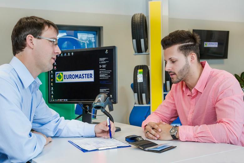 Konsultacja z klientem w warsztacie Euromaster