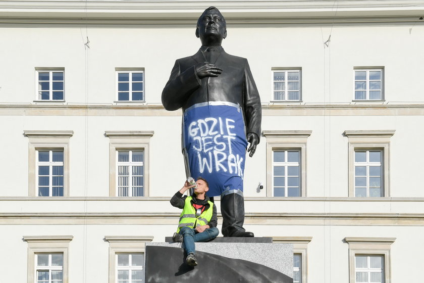 Wszedł na pomnik Lecha Kaczyńskiego i pytał gdzie jest wrak