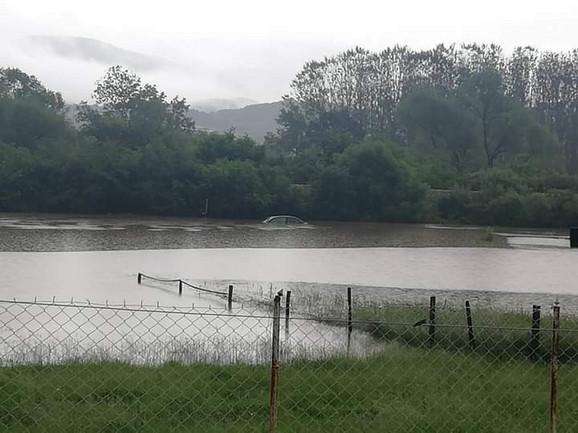Voda do krova automobila u Gruži